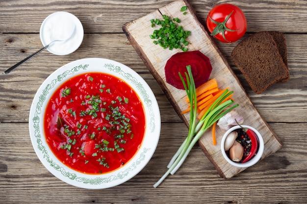 Традиционный украинский вегетарианский свекольный красный суп - борщ
