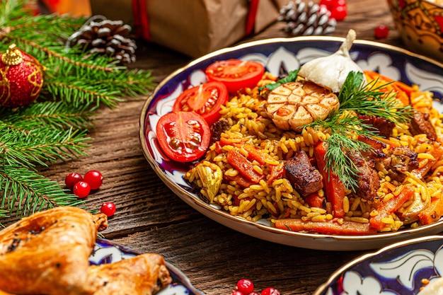 전통 우즈벡 동양 요리. 새해 휴가를위한 다양한 요리의 우즈벡 가족 테이블. 배경 이미지는 평면도입니다.