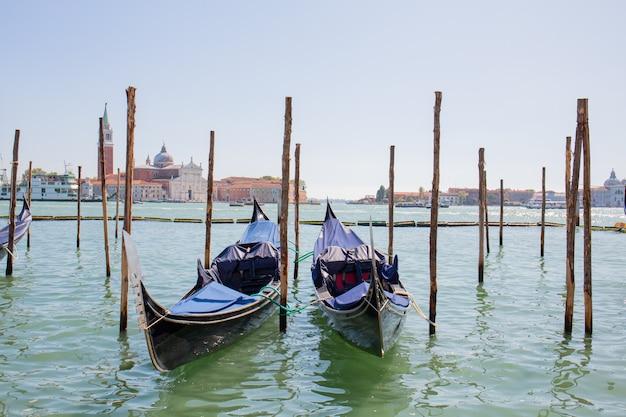 Традиционные венецианские гондолы на воде в деревянный причал в венеции, италия.