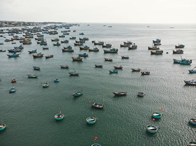 ベトナムのビントゥアン省の漁村で形作られたバスケットに入った伝統的なベトナムのボート。上面図。航空写真