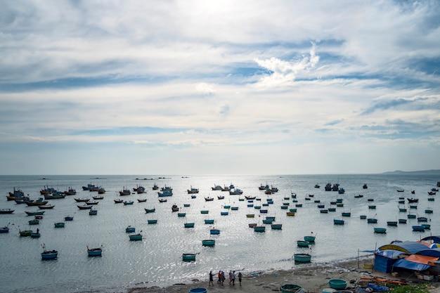 夕焼け空、ビントゥアン、ベトナムの漁村の漁港で形作られたバスケットの伝統的なベトナムのボート。風景。人気のランドマーク、ベトナムの有名な目的地