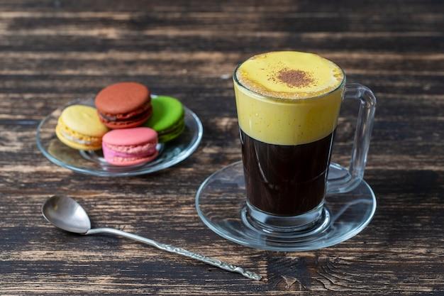 날 달걀 노른자와 연유로 만든 전통적인 베트남 달걀 커피를 닫습니다. 나무 테이블 테이블에 eggcoffee