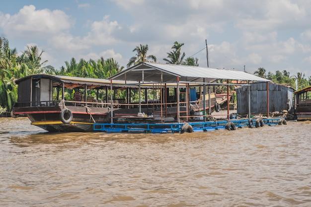 Традиционный вьетнамский паром, перевозящий людей и их велосипеды через реку меконг во вьетнаме, юго-восточная азия