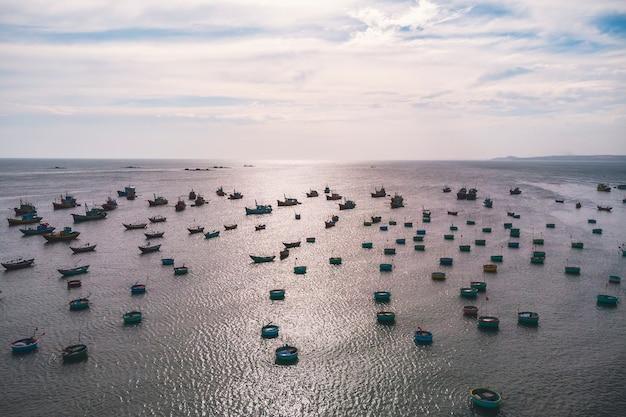 バスケット型の伝統的なベトナムの漁船、ムイネー、ベトナム。上面図。航空写真