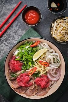 베트남 전통 수프 포보. 아시아 음식 개념. 평면도.