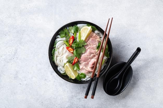 구체적인 배경에 쇠고기와 쌀 국수와 함께 전통적인 베트남 수프 포 보, 위에서 볼