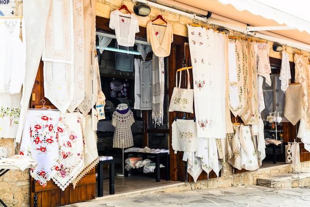 Традиционные деревни острова кипр с кружевными мастерскими. омодос