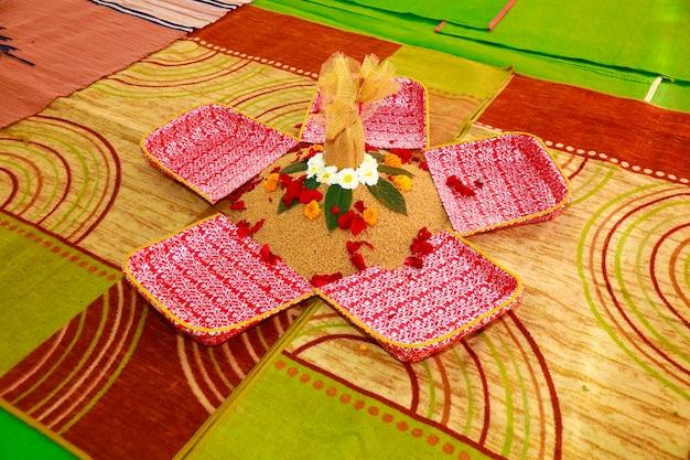 ヒンドゥー教のプージャターリーと花の伝統的な結婚式