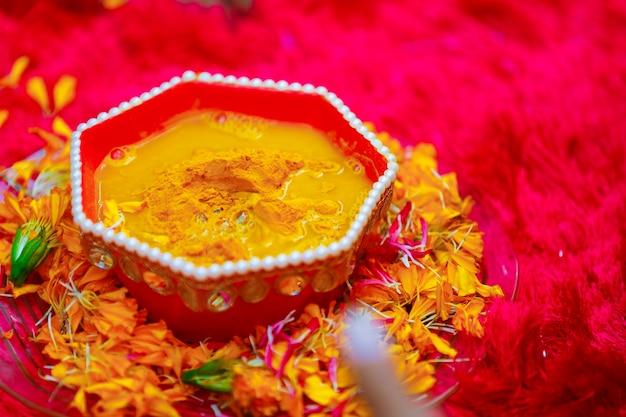ヒンドゥー教の伝統的な結婚式 ハルディ式のプレートにウコン