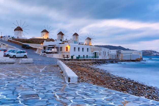 Традиционные ветряные мельницы на восходе солнца в миконосе, греция
