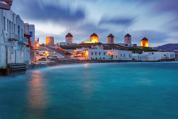 Традиционные ветряные мельницы на восходе солнца, санторини, греция