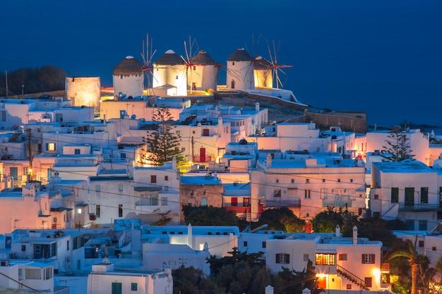 日没、サントリーニ島、ギリシャの伝統的な風車