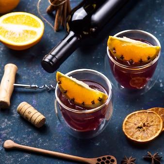 伝統的な冬とクリスマスのドリンクホットワイン Premium写真