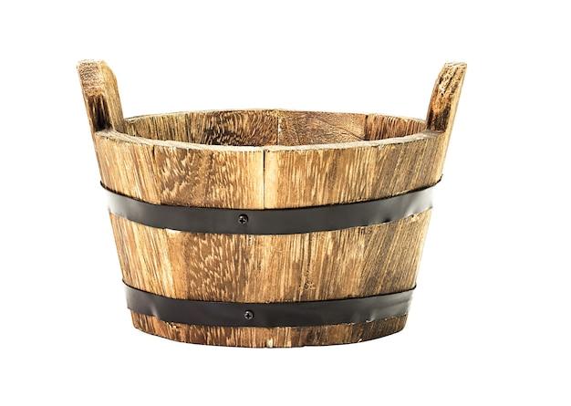 白い背景で隔離の伝統的な木製のバケツ