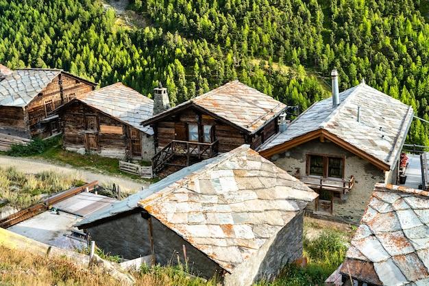 Traditional wooden houses in findeln near zermatt - mattehorn, switzerland