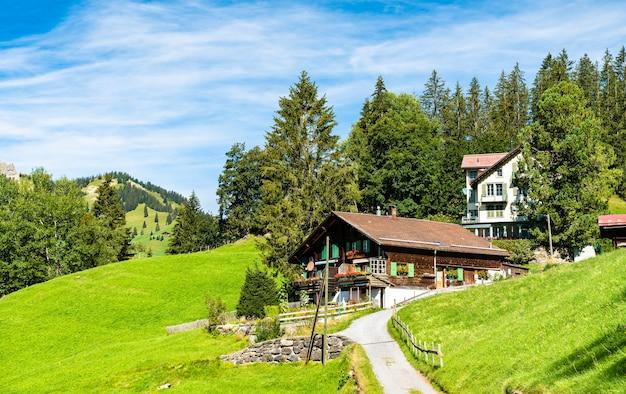 스위스 wengen의 산악 마을에있는 전통적인 목조 주택