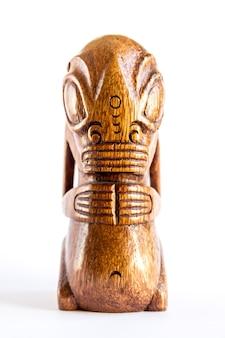 マルケサス諸島の伝統的な木製ポリネシアティキ。白い背景で隔離