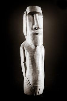 이스터 섬에서 온 모아이의 전통적인 목조 동상입니다. 검정색과 흰색.