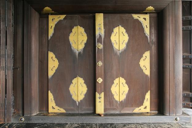 伝統的な木製の窓