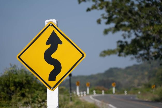 下り坂の交通警報。スピードを落とす。