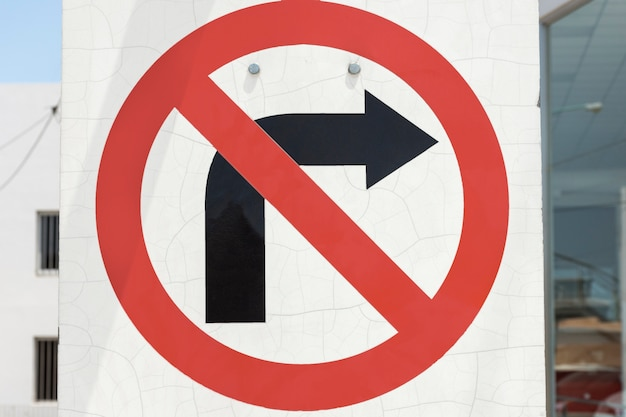 오른쪽에 금지 된 교통 화살표 표시