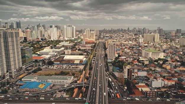 현대적인 고층 빌딩 공중에서 교통 고속도로입니다. 도로를 따라 거리가있는 장엄한 도시 풍경. 블록