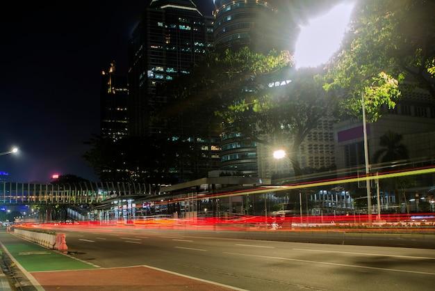 夜の街の交通。インドネシア、ジャカルタ、2021年6月23日。
