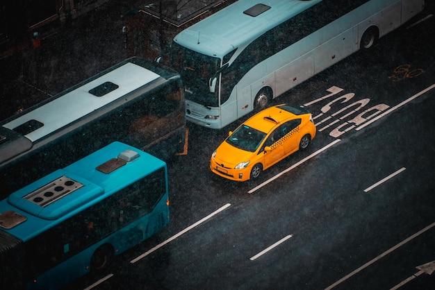 Пробка на городской городской дороге с автомобилями и автобусами на остановке общественного транспорта