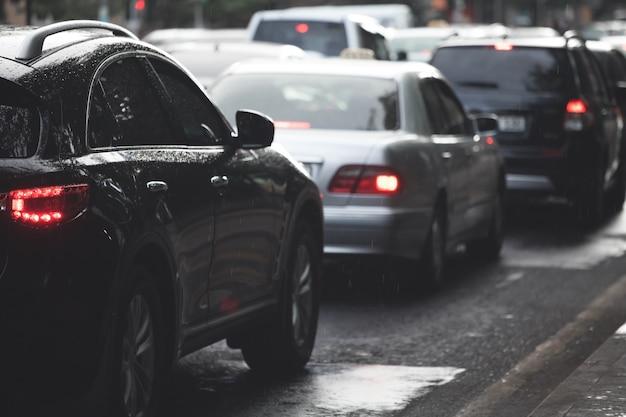 도시 거리 도로에서 교통 체증.