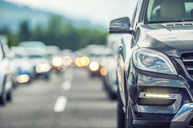 Пробка на трассе. машины ждут на дороге в самый разгар туристического сезона.