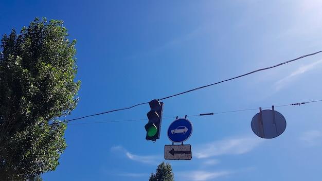 신호등과 거리의 표지판은 불타는 녹색 불빛으로 닫힙니다.