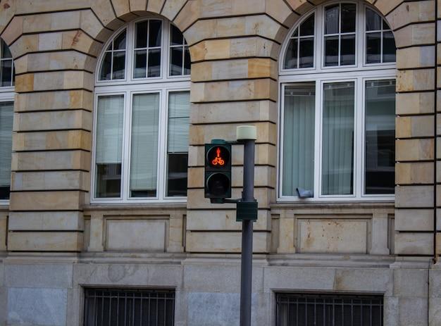 サイクリストのための信号機。信号機の自転車レーンの赤信号。サイクリストの姿をした、サイクリスト用の赤の信号。