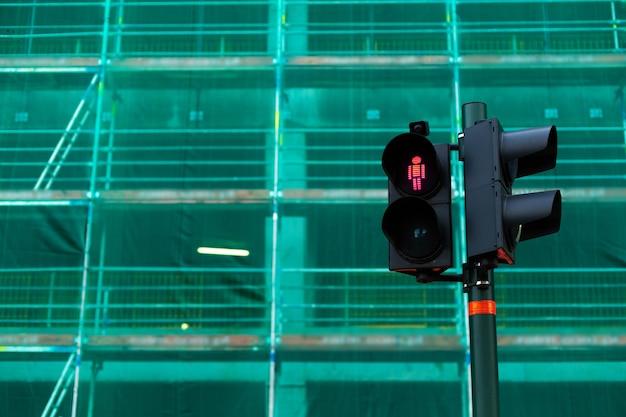 Светофор пешеходного перехода с красным человеком, запрещающим проезд.