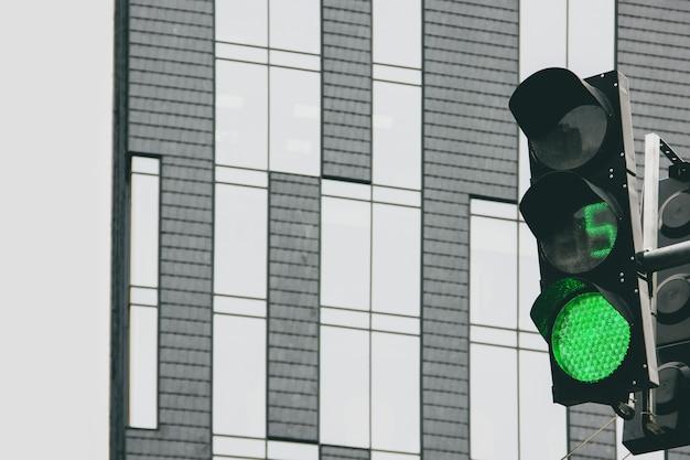 건물의 배경에 신호등입니다. 신호등 녹색입니다. 카운트다운