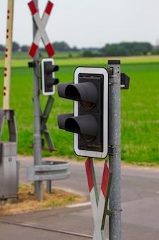 Светофор на железнодорожном переезде. пасмурный день.