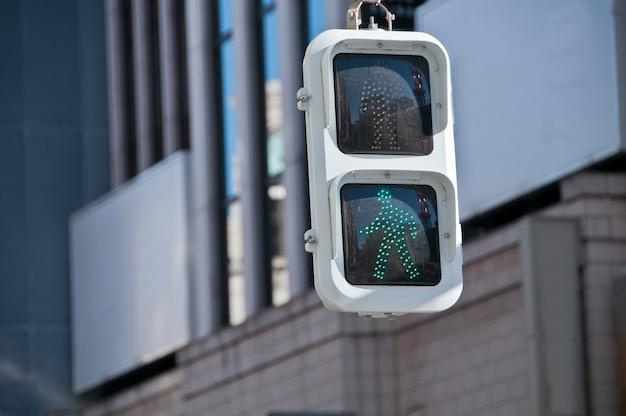 日本の緑の歩行者による交通標識
