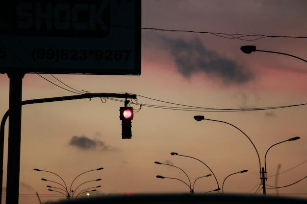 夕暮れ時に赤信号で信号機
