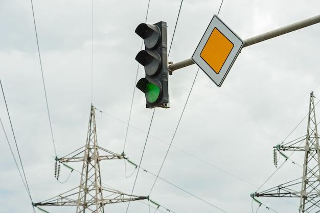 反対側の主要道路の標識のある信号機