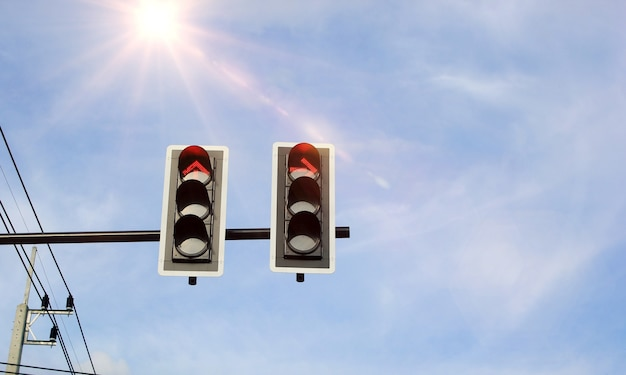 交通信号と空の背景。