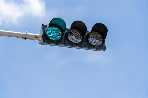 Светофоры города на улице в сингапуре, крупным планом