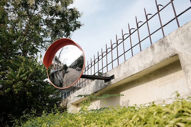 Дорожное зеркало на стене на перекрестке или кривой дороге
