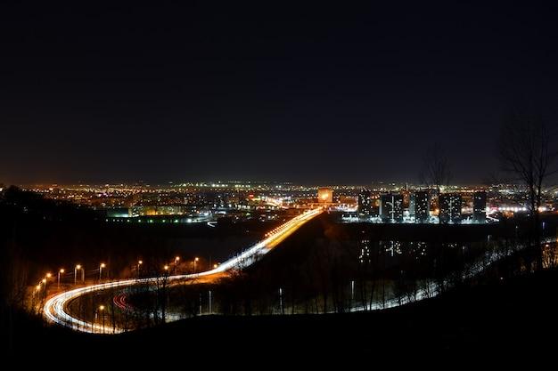 밤에 다리에 교통