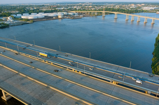 Движение на автомагистрали на дороге мост альфреда э. дрисколла над водой через реку раритан с интенсивным движением в час пик в городе вудбридж, штат нью-джерси