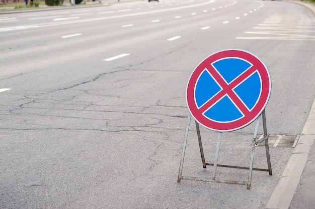 Traffic sign meaning that it is not allowed to park vehicles here