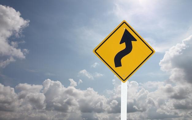 푸른 하늘에 교통 표지입니다.
