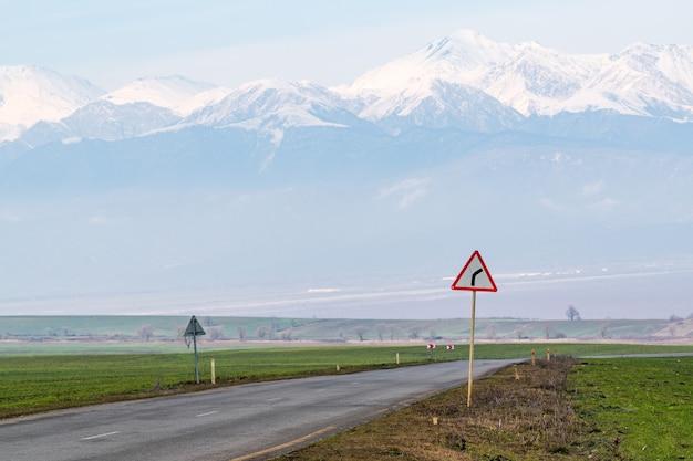 Дорожный знак на дороге повернуть направо