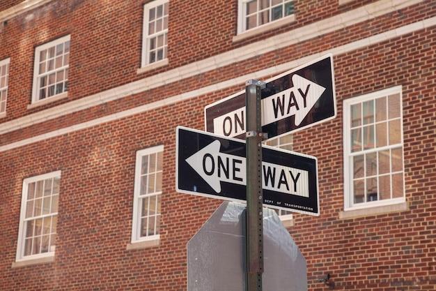 Дорожные знаки на фоне здания.