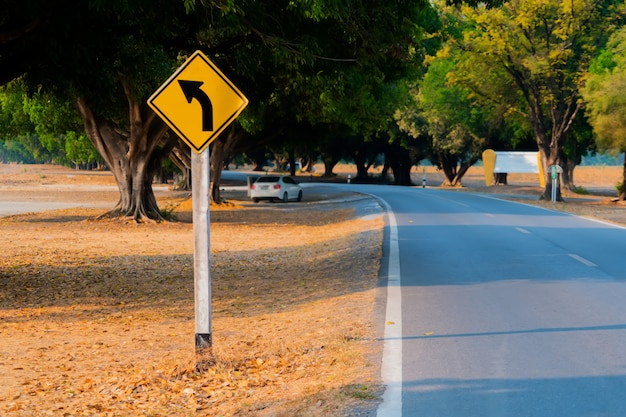 通りの交通標識。
