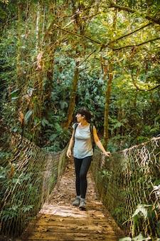 ヨホア湖のセロアズールメアンバール国立公園(パナカム)の木製の橋に沿って歩きます。ホンジュラス