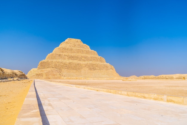 Saqqaraのdjoserの階段状のピラミッドをたどります。エジプト。メンフィスで最も重要なネクロポリス。世界で最初のピラミッド